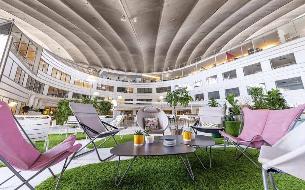 L'espace de réunion informelle beOtop – Terrasse du CNIT à La Défense – Crédit photo : Fabien Barrau pourChateauform'